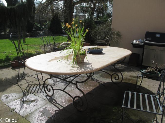 magnifique table en travertin pierre naturelle et son pied en fer forg artisanal. Black Bedroom Furniture Sets. Home Design Ideas